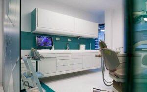 Cabinet stomatologic modern, cu aparatura stomatologica si pereti vernil, in Clinica Trident
