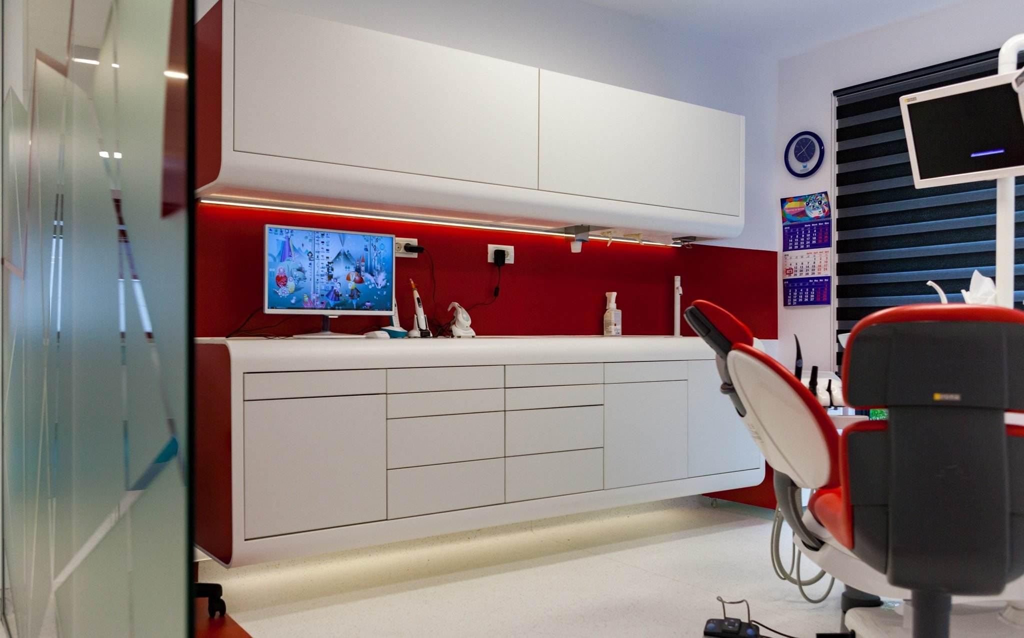 Cabinet stomatologic modern, cu pereti rosii, in Clinica Trident