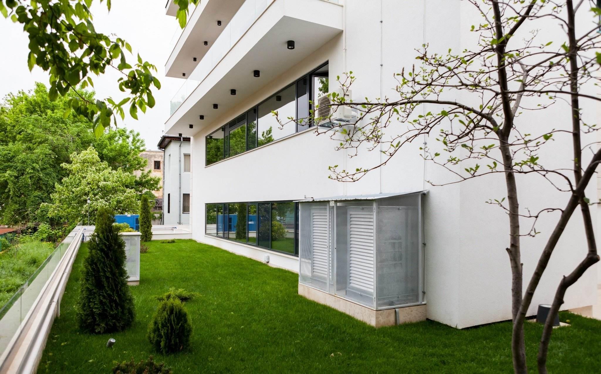 Vedere exterioara a cladirii moderne in care se afla Clinica Trident din Bucuresti